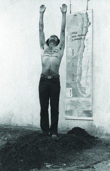 Elías Adasme, La Araucana 81, 1981, políptico fotográfico en blanco y negro, 175 x 113 cm. En Dixit. Cortesía: Document Art Gallery / arteBA