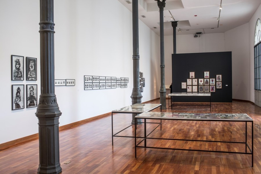 """Vista de exposición """"Un cuerpo ambulante. Sergio Zevallos en el Grupo Chaclacayo (1982-1994)"""", sala del Museo de Arte de Lima, 16 de noviembre de 2013 - 23 de marzo de 2014. Cortesía Museo de Arte de Lima."""