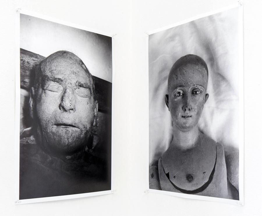 Matt Mullican, Dead Man and Doll's Head, 1974. Vista de la exposición en la Galería Macchina de la Escuela de Arte de la Universidad Católica, Santiago de Chile, 2017. Foto: Benjamín Matte