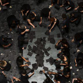 Héctor Zamora, Ruptura, 2016. Acción site specific con 150 personas, 150 libros negros con 100 páginas negras cada uno. Vista de la acción en el CCBB, São Paulo, Brasil. Cortesía del artista y Nonlinear Dynamics