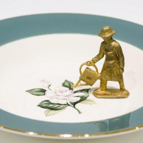 Liliana Porter, El jardinero, 2015, plato de porcelana y figurín de bronce, pieza única. En la exposición