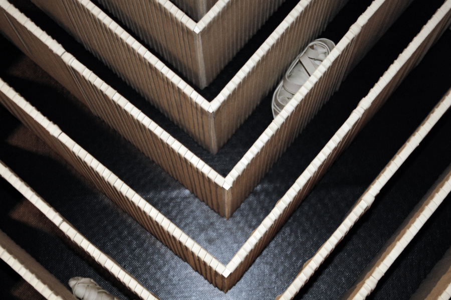 Bernardita Bertelsen, Volumetría Lineal, 2009. 400 módulos de madera cubiertos con elástico blanco. 350 x 250 x 20 cm. Sala de exhibición Universidad Finis Terrae, Santiago, Chile. Cortesía de la artista