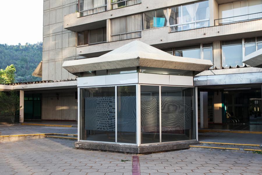 Bernardita Bertelsen, ANTEDISTANTE, 2014. Vinilo autoadhesivo window vision, paneles de madera. Dimensiones variables. Galería Tajamar, Santiago, Chile. Foto: Sebastián Mejía