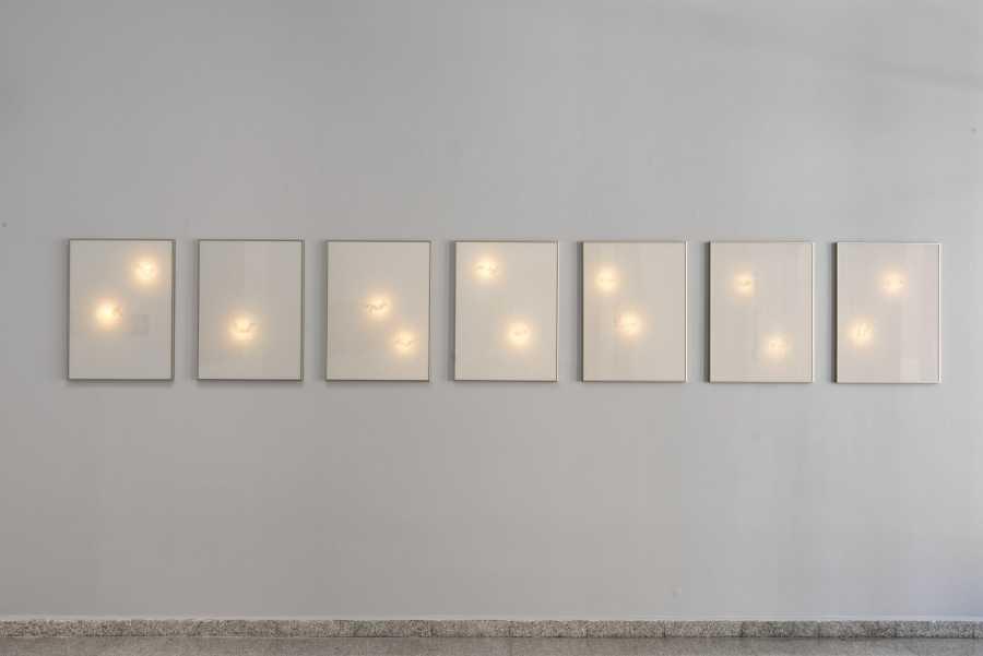 Serie Sin Estrellas (2017), parte de la muestra Sin Estrellas en Sala Gasco Arte Contemporáneo, Santiago de Chile. Foto: Jorge Brantmayer, cortesía Sala Gasco.