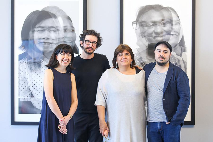 De izquierda a derecha: Beatriz Salinas, directora del Centro Nacional de Arte Contemporáneo Cerrillos junto a Enrique Ramírez, la curadora Luz Muñoz y Máximo Corvalán-Pincheira. Foto: cortesía de los artistas.