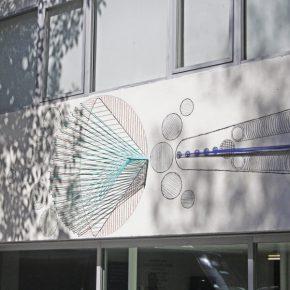 Vista del mural escultórico Nictinastia de Johanna Unzueta en la Sala de Arte Público Siqueiros, Ciudad de México. Foto: cortesía SAPS.
