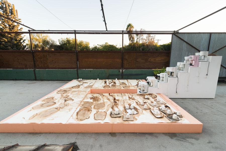 Carmen Argote, Plataforma con unidad móvil, 2017, plataforma, cafeteras, 365.76 x 365.76 x 137.16 cm. Cortesía de la artista