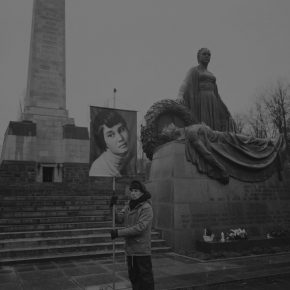 Daniel Joseph Martinez, The Soviet memorial park in the district of Schönholz, 2017, fotografía en blanco y negro, 154.94 x 191.77 x 6.35 cm, enmarcado. Edición de 3 + 2 AP. Cortesía del artista y Roberts Projects, Los Angeles