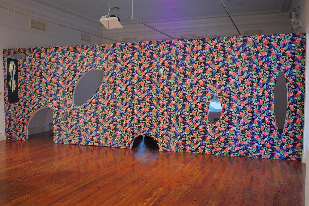 Joiri Minaya, Wall (Invitation to Transgress), 2017, tela, madera. Vista de la instalación en la National Art Gallery of the Bahamas. Foto cortesía: NAGB