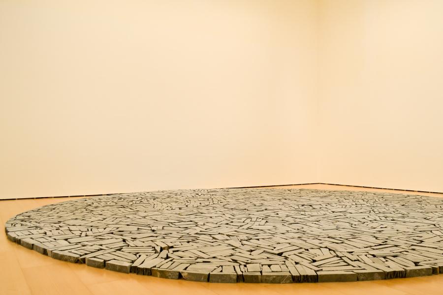 """Richard Long, """"Círculo de Bilbao"""". Vista de la exposición """"El Arte y el Espacio"""" (Sala 6), en el Museo Guggenheim Bilbao, 2018. Foto: Leyla Dunia"""