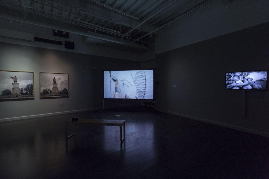 "Vista de la exposición ""A Decolonial Atlas: Strategies in Contemporary Art of the Americas"", en The Tufts University Art Galleries, Medford, Massachusetts, EEUU, 2018. Foto: Stewart Clements"