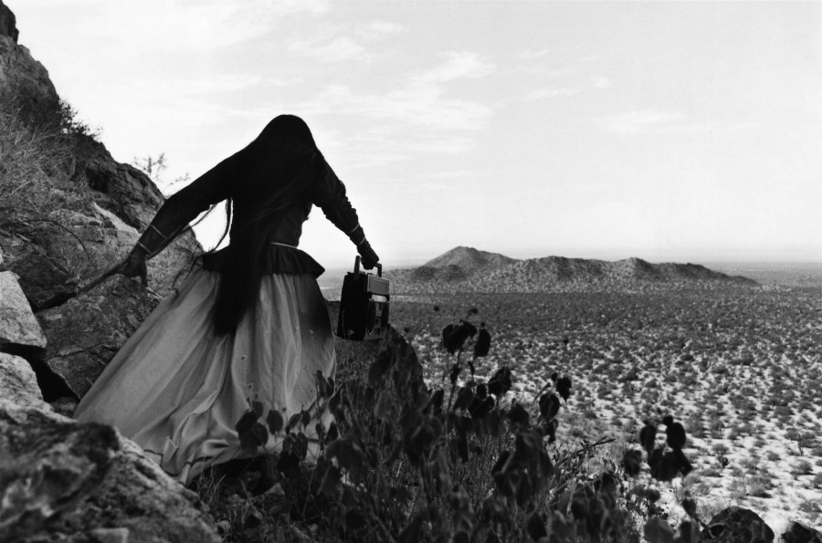Graciela Iturbide. Mujer ángel, Desierto de Sonora, México, 1979. Elizabeth and Michael Marcus © Graciela Iturbide. Cortesía: Museum of Fine Arts, Boston