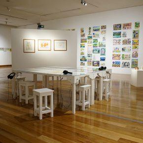 Vista de la muestra Radio Estación Locura de Oscar Morales, Jackson Andrade y José Reyes en el Museo de Artes Visuales, Santiago de Chile. Foto: cortesía MAVI.