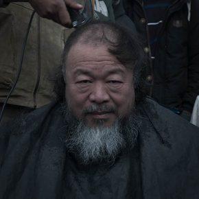 El artista Ai Weiwei en el campamento Idomeni, Grecia. Fotograma del documental Marea Humana del artista chino, próximo a estrenarse en Chile por Fundación CorpArtes. Foto: cortesía CorpArtes.
