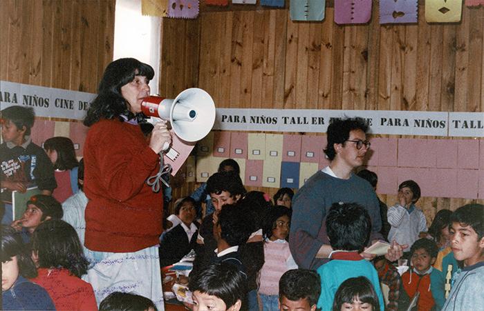 Taller de Cine para Niños, por Alicia Vega. Juan Pablo II, 1990. Cortesía: Galería Macchina/Fundación Alicia Vega
