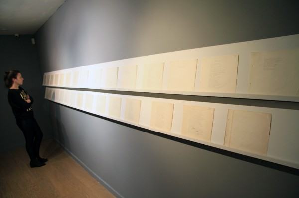 """Manuscrito """"Lamentos de Amor"""", 1973, de José Antonio Viera-Gallo, padre de la artista. Vista de instalación en La Central, Bogotá, 2013. Cortesía de la artista"""