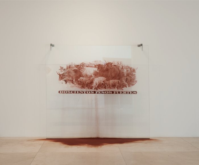 Cristina Piffer, Las Marcas del Dinero, Doscientos pesos fuertes, 2010, Sangre de vaca deshidratada, vidrio, y ganchos de acero inoxidable, 210 x 200 x 27 cm, edición de 3. Cortesía: Rolf Art