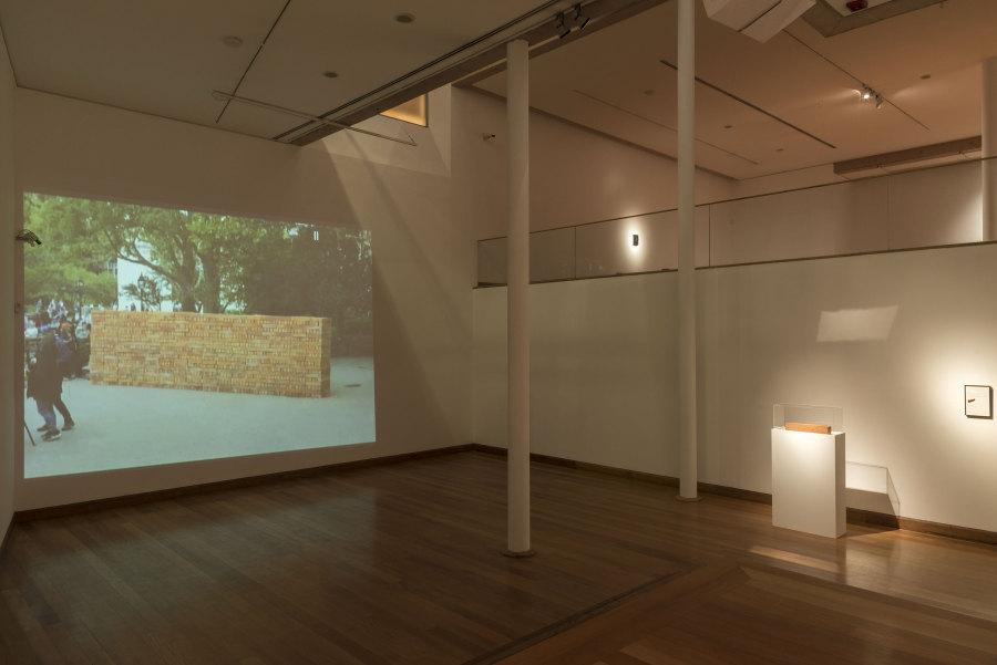 """Vista de la exposición """"Del fuego"""", de Bosco Sodi, en el Museo de Artes Visuales (MAVI), Santiago de Chile, 2018. Foto: Jorge Brantmayer"""