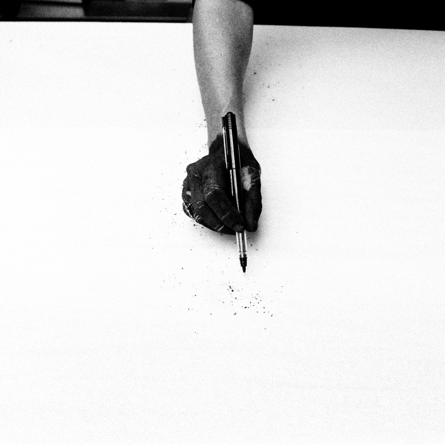 Helena Almeida, Dibujo, 1999, fotografía en blanco y negro, 86,5 x 86,5 cm © Galeria Filomena Soares