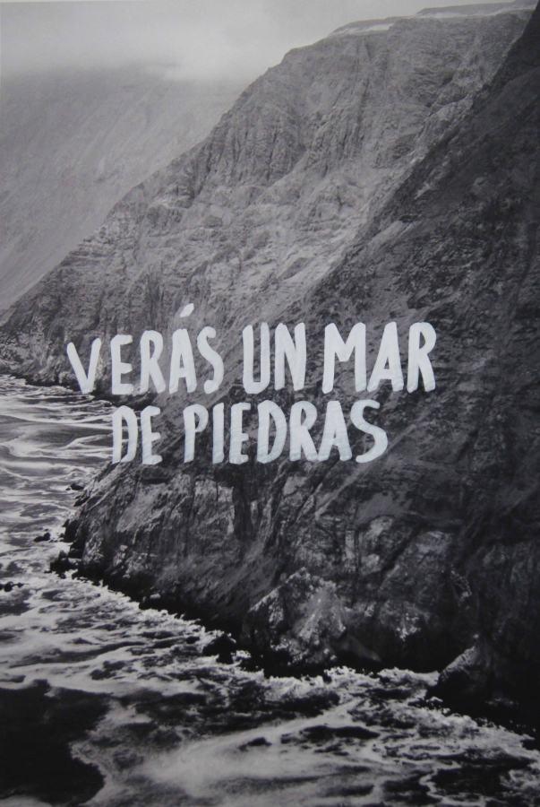 """Raúl Zurita, Verás un dios de hambre, 2017, 22 fotografías de los acantilados de Pisagua e Iquique, norte de Chile, escritas a mano del poema """"Verás un dios de hambre"""". Cortesía: Isabel Aninat (Santiago)"""