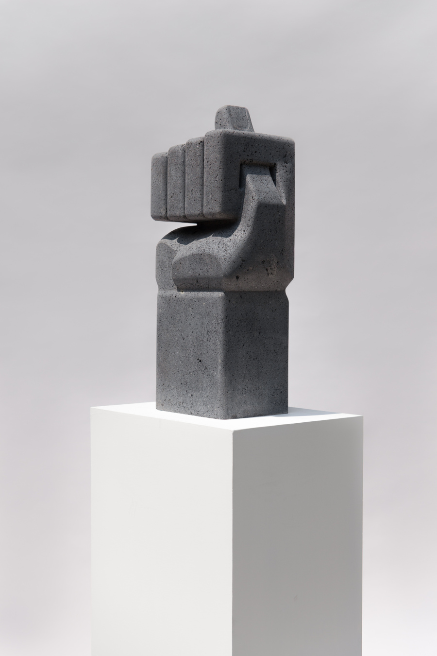 Pedro Reyes, Figa, 2017, roca volcánica, 70 x 30 x 22 cm © Galeria Luisa Strina
