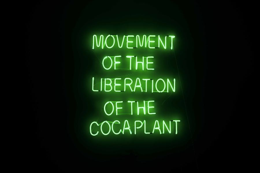 Wilson Díaz, Movement of Liberation of the Coca plant, 2012-2014, neon, 140 x 114 x 5.5 cm. Cortesía: Instituto de Visión (Bogotá)