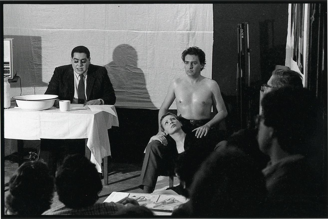Biblia/Pietá, de Carlos Leppe, Juan Dávila y Nelly Richard, performance de 1982. Cortesía: Archivo Carlos Leppe