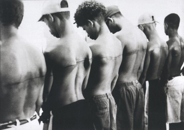 Santiago Sierra (1966), Documentation of 8 foot line tatooed on six remunerated people, 1999. Cortesía del artista