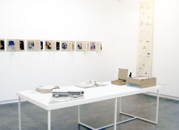 Vista de exposición Lo Político, en Carmen Araujo Arte, Caracas, 2014. Cortesía de la galería