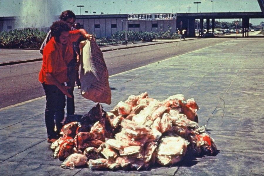Artur Barrio, DEFL… Situacão… +S+… Ruas, 1970, Rio de Janeiro. Foto: César Carneiro. Archivo Artur Barrio