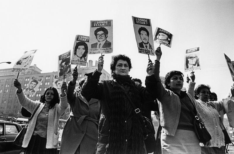 Kena Lorenzini (fotógrafa chilena), Agrupación de Familiares de Detenidos Desaparecidos marchan frente a La Moneda, 1987. Marcha en Homenaje a los 90.000 Detenidos Desaparecidos en América Latina. Cortesía de Kena Lorenzini