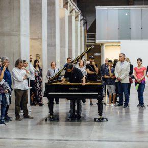 """Allora & Calzadilla, Stop, Repair, Prepare: Variations on """"Ode to Joy"""" for a Prepared Piano (Parar, reparar, preparar: variaciones de """"Oda a la alegría"""" para un piano preparado), 2008. Vista de la inauguración Museo de Arte Moderno de Medellín. Cortesía MAMM"""