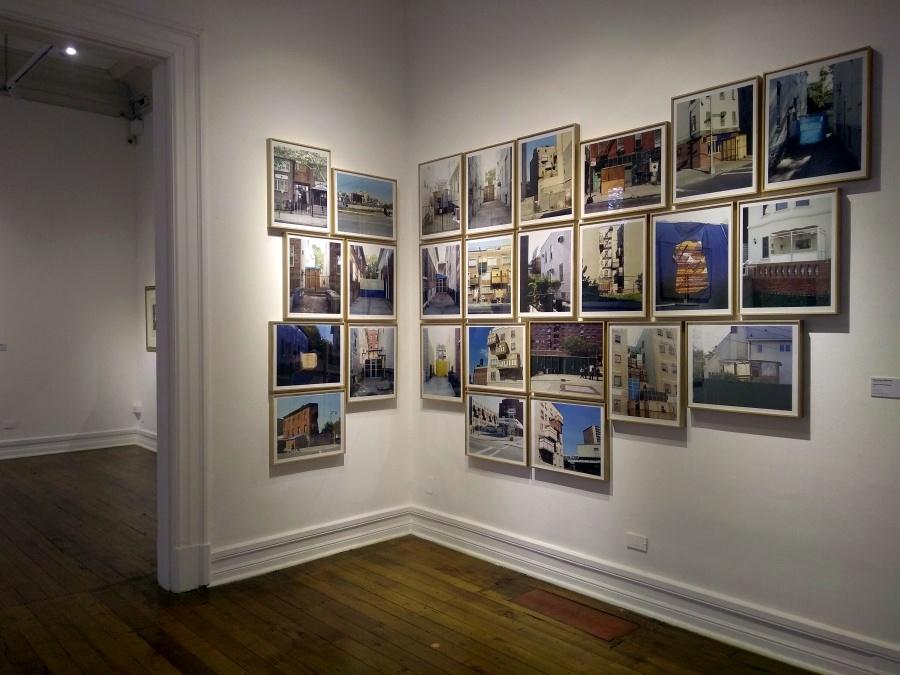 Francisca Benítez, Prótesis del Nuevo Éxodo, 2006, serie de 26 fotografías, 50 x 40 cm c/u. Colección Luis Felipe Cordero. Foto: Alejandra Villasmil