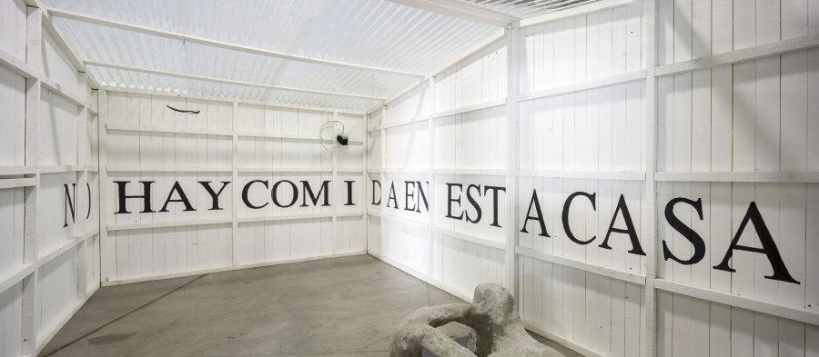 """Vista de la exposición """"Hoffmann's House Presenta: Los Nuevos Sensibles"""", en la galería de artes visuales de Matucana 100, 2018. Foto: Benjamín Matte"""