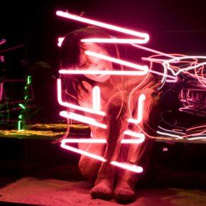 Máximo Corvalán-Pincheira, TLC pieza NEW, 2005, instalación de escultura con neón sobre caja y vidrio, medidas variables. Foto: Fernando Mendoza