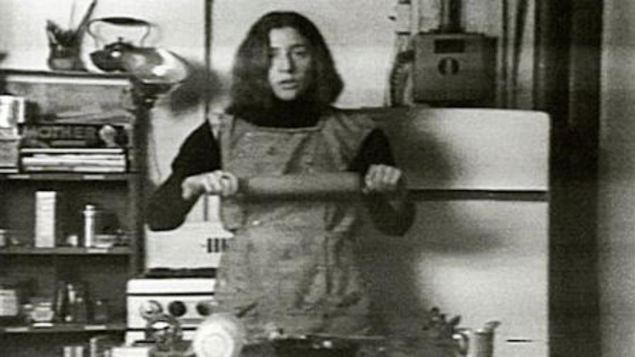 Martha Rosler, Semiotics of the Kitchen, 1975, still de video. Cortesía: MACBA
