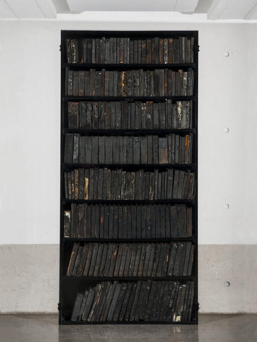 Javier Toro Blum, El mundo en llamas, 2017, libros quemados, estante sellado con vidrio, 221 x 104 x 25 cm. Cortesía: Galería Patricia Ready, Santiago de Chile