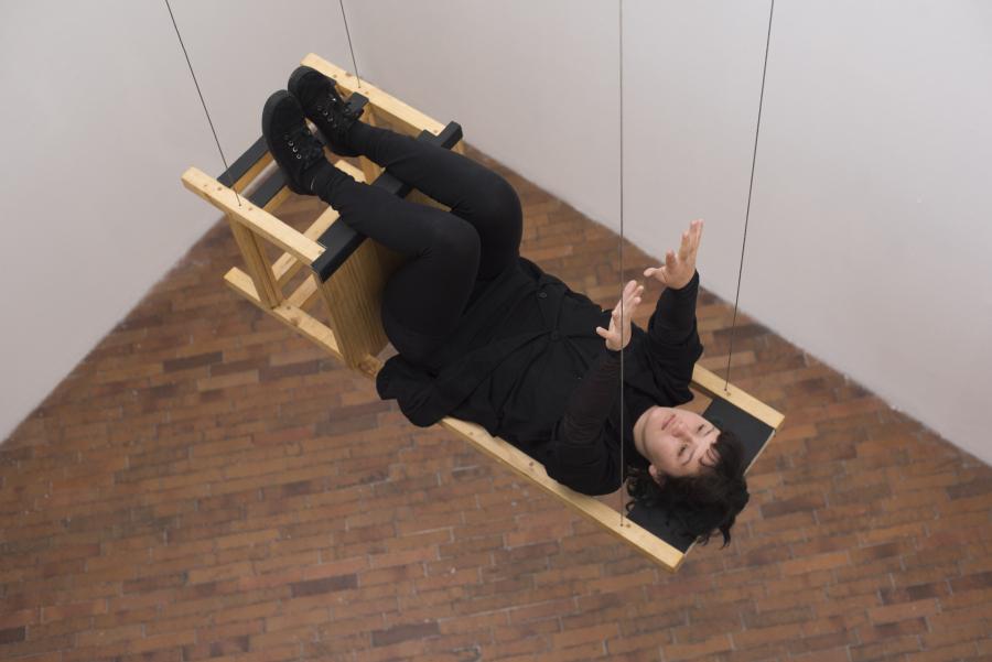 María José Arjona, Silla, 2011, performance de larga duración (reactivación); silla. Cortesía de Claudia Hakim y Nayib Neme. Foto: Lisa Palomino. Cortesía: MAMBO