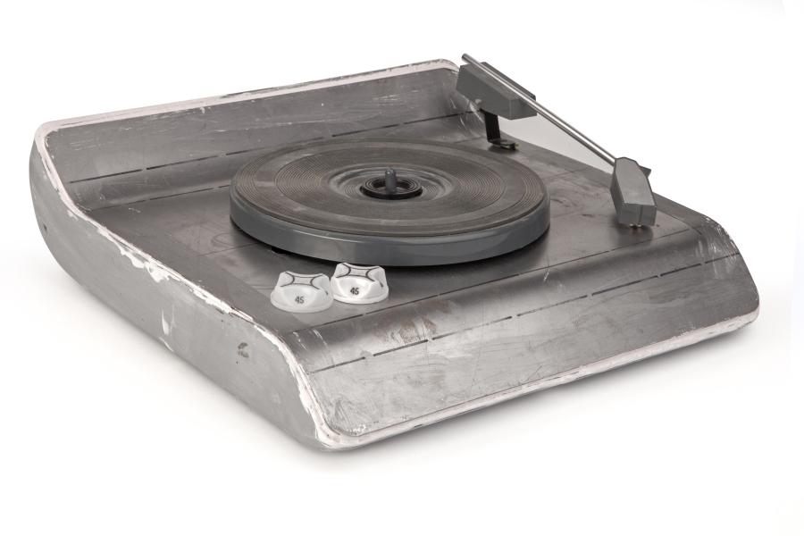 Tocadiscos portátil diseñado para su fabricación en Chile por IRT, como parte del desarrollo de componentes y productos electrónicos en el contexto del Pacto Andino. Versión con tapa y sin tapa, diseñados en noviembre de 1972. La reconstrucción de prototipos funcionales, supuso la utilización de componentes originales extraídos de una serie de tocadiscos Capissimo de IRT de 1971. Cortesía: Fernando Portal