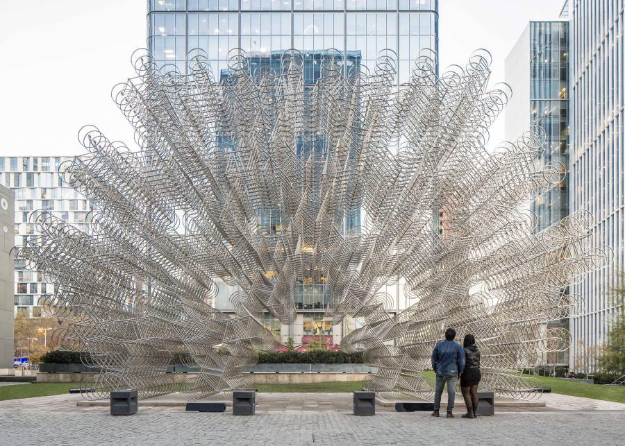 """Vista de la instalación """"Forever Bicycles"""" (2015), de Ai Weiwei, compuesta por 1.254 bicicletas de acero, en la explanada del el Centro de las Artes 660 (CA660) de Fundación CorpArtes, Santiago, 2018. Foto: Benjamín Matte"""