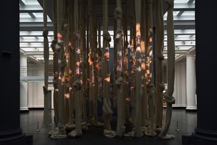"""""""Cecilia Vicuña: Disappeared Quipu"""", vista de la instalación en el Brooklyn Museum, Nueva York, 2018. Foto: Jonathan Dorado. Cortesía: Brooklyn Museum"""