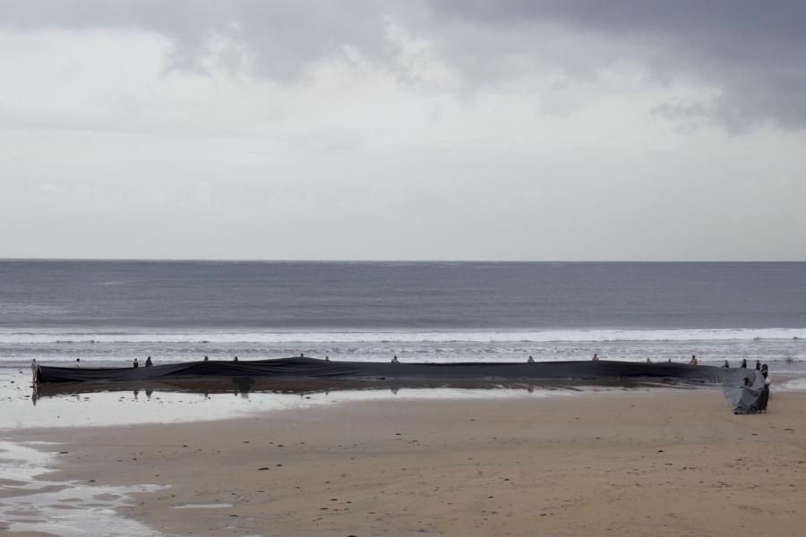 Miguel Braceli, Sacar el mar, Gijón, España, 2016. Foto cortesía del artista