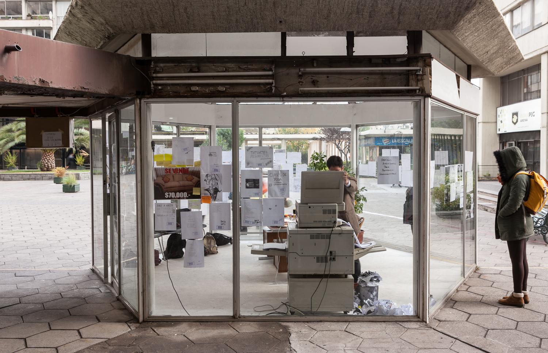"""Vista de la exposición """"Agencia Cooperación Vecinal"""", de Diego Santa María, en Galería Tajamar, Santiago de Chile, 2018. Instalación site-specific. Foto: Sebastián Mejía"""