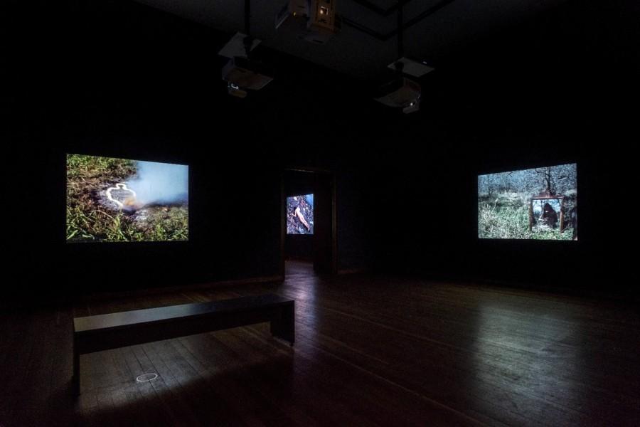 """Vista de la exposición """"Covered in Time and History: The Films of Ana Mendieta"""", en la Martin-Gropius-Bau, Berlín, 2018. © The Estate of Ana Mendieta Collection, LLC. Cortesía: Galerie Lelong & Co. Foto: Mathias Völzke"""