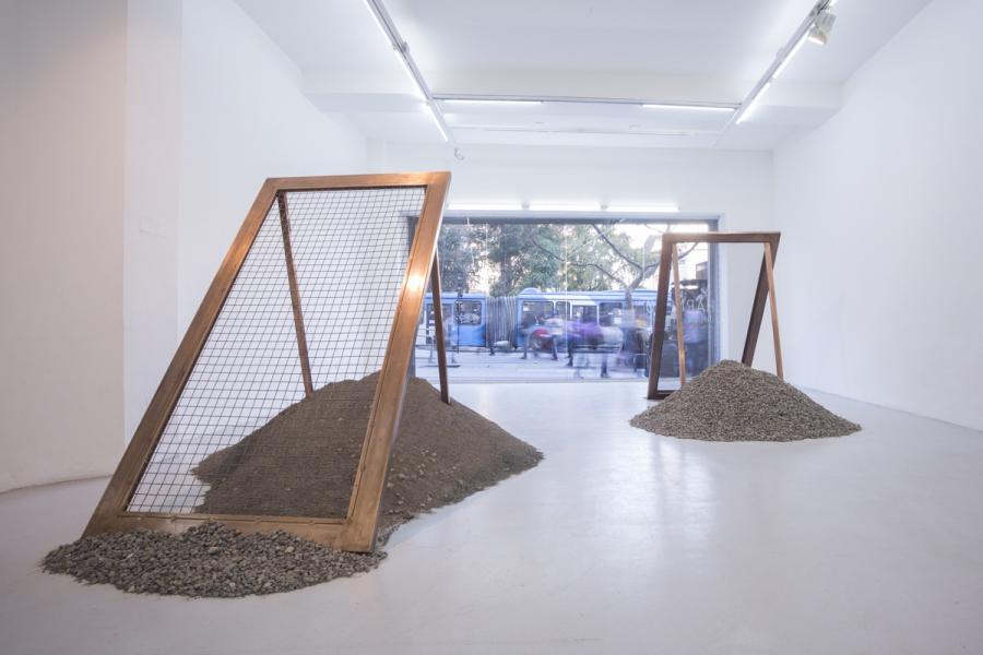 """Vista de la exposición """"Harnero"""", de Julen Birke, en la Galería Gabriela Mistral (GGM), Santiago de Chile, 2018. Foto cortesía: GGM"""