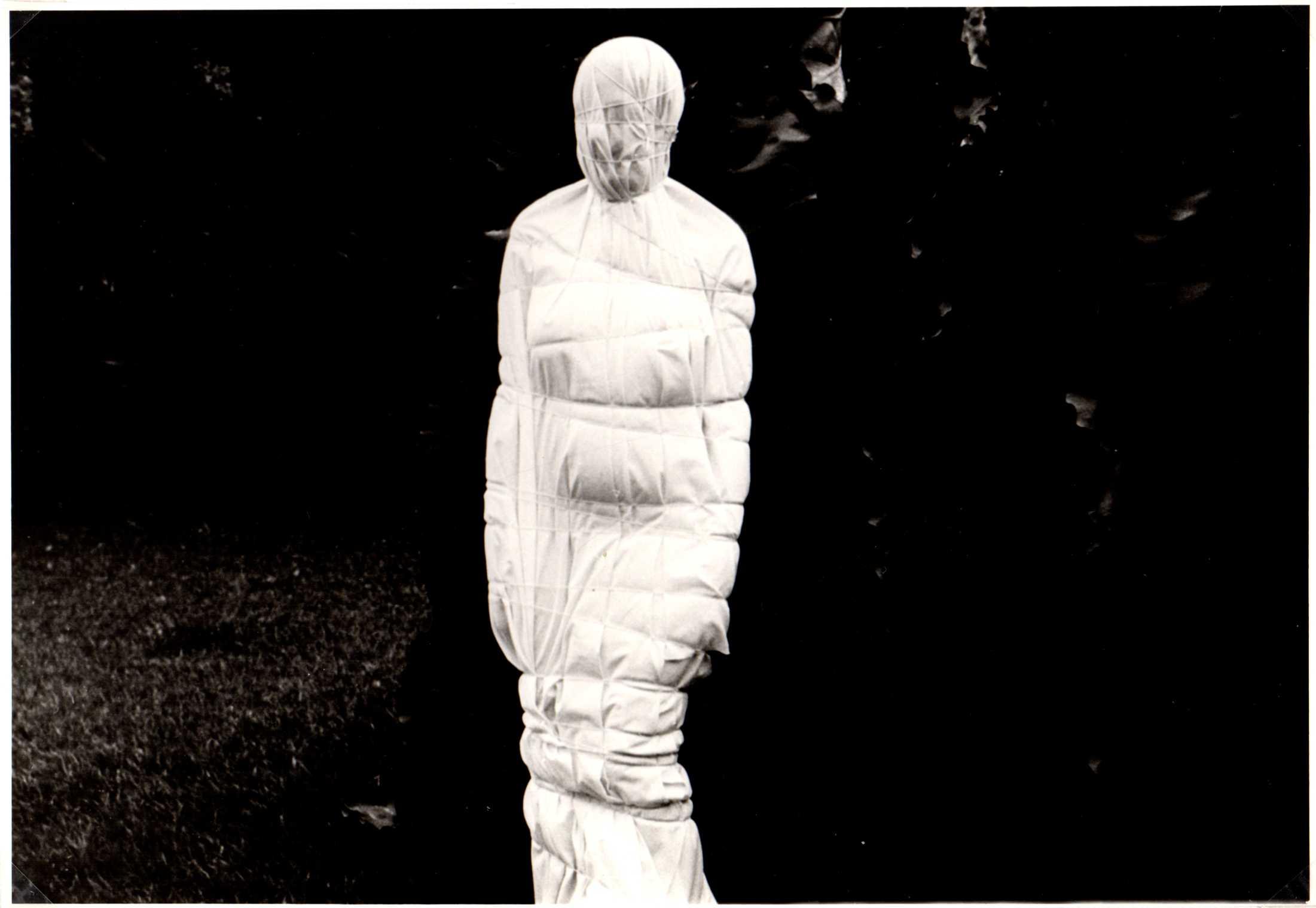 Yeni y Nan, Nacimiento I, 1979, impresión de gelatina de plata, 18 fotografías, dimensiones variables. Cortesía de las artistas y Henrique Faria, Nueva York
