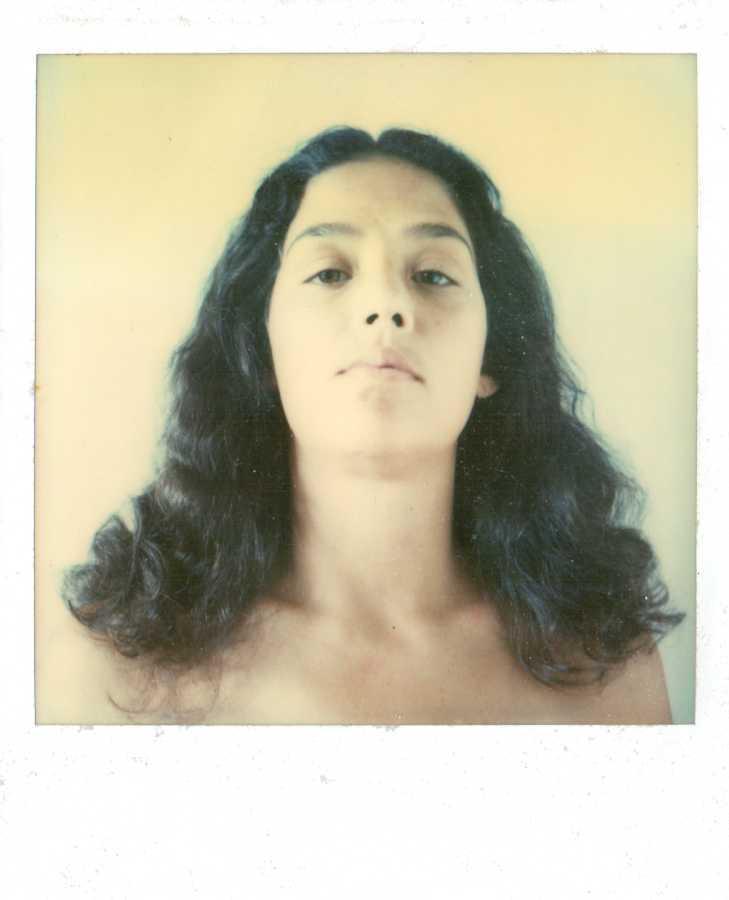 Yeni, 1981, Polaroid SX70, 11 x 9 cm. Cortesía de las artistas y Henrique Faria, Nueva York