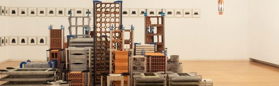 """Marlon de Azambuja. Vista de la exposición """"En construcción"""", en el Centro Gallego de Arte Contemporáneo (CGAC), España. Cortesía: CGAC"""