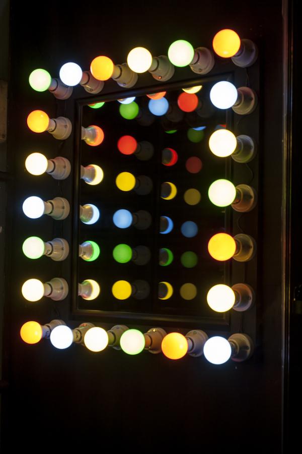 Analía Amaya, Estrellas de la noche, 2018. Vista de la exposición la vitrina del Local 10, de Galería San Antonio, Santiago. Foto cortesía de Galería Temporal