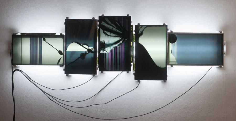 Rodrigo Toro, Sin título, 2018, instalación eléctrica,125 x 40 x 10 cm. Cortesía del artista